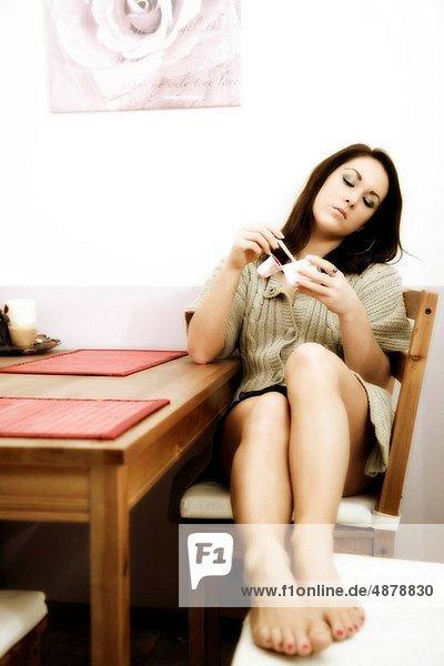 sitzend  Frau  Entspannung  Küche  jung  Tisch