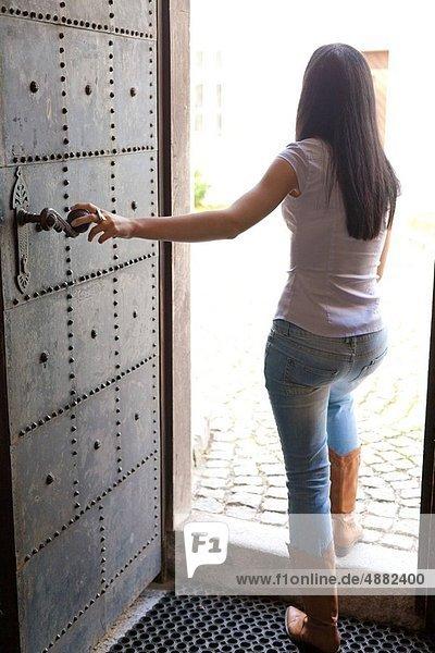 junge Frau junge Frauen offen Tür gehen