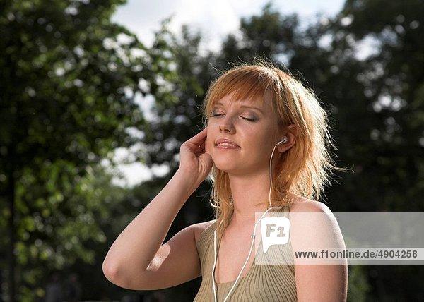 sitzend  Frau  zuhören  Musik