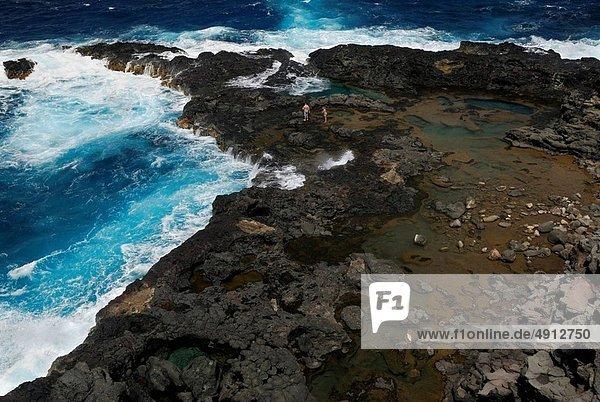 Felsbrocken  Mensch  Menschen  blasen  bläst  blasend  Lava  Loch  zeigen  Maui