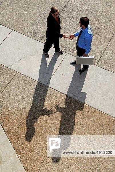 Hände schütteln  Handschlag  Frau  Geschäftsmann  Schatten  Besuch  Treffen  trifft