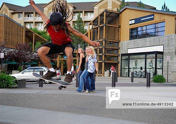 schwarz  Skateboarder  3  Mädchen  In der Luft schwebend