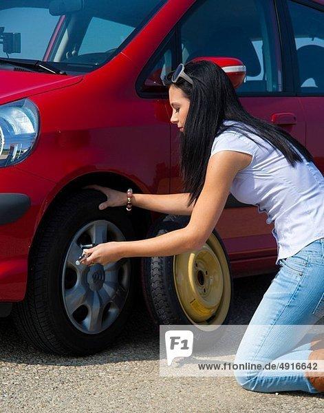 Frau  Auto  jung  Burnout  Burnout-Syndrom  Autopanne  Panne  Reifen  Autoreifen
