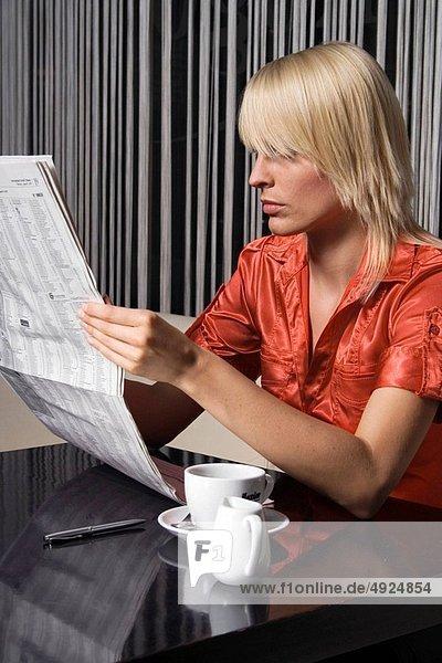 Frau  Cafe  Zeitung