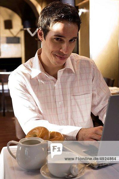 Mann  arbeiten  Frühstück