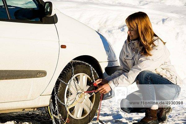 Frau  Auto  Kette  Schnee