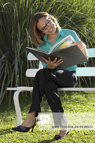 Geschäftsfrau Dokument vorlesen