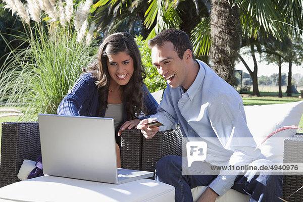 benutzen Notebook halten Kredit Kreditkarte Karte