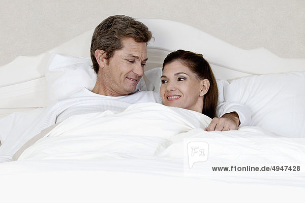 Paar ruhen auf dem Bett