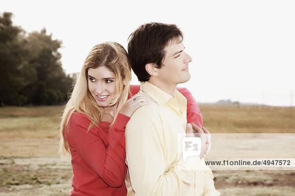 Nahaufnahme einer Frau umarmen einen Mann von hinten