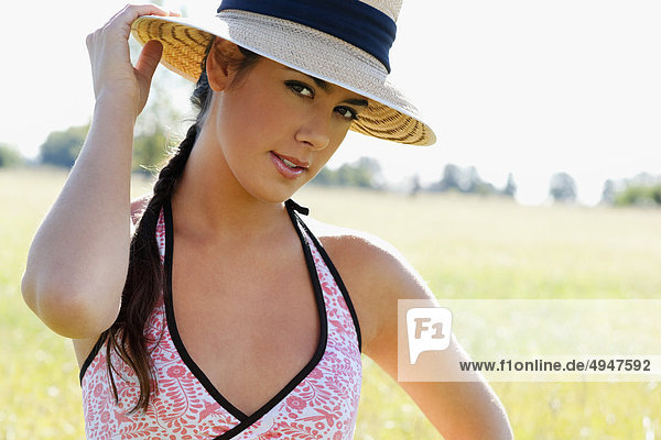 Portrait einer Frau in einem Feld