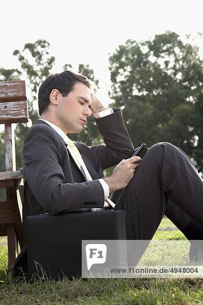 Kaufmann von SMS-Nachrichten auf einem Mobiltelefon