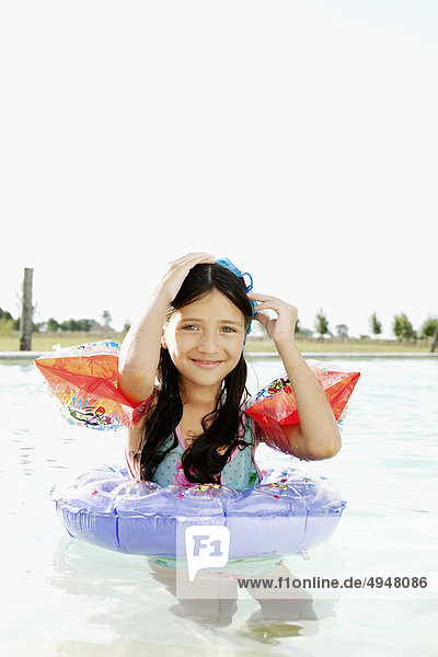 Portrait lächeln Schwimmbad Mädchen