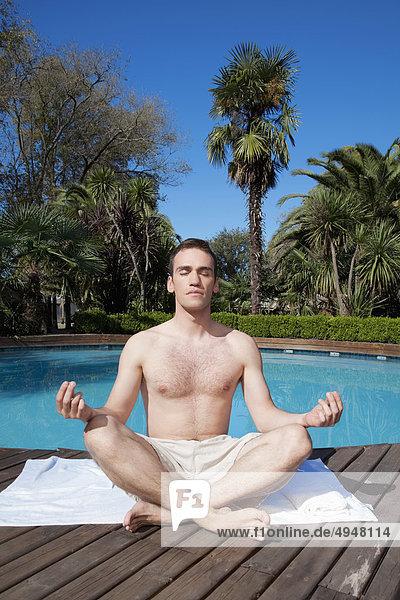 Mann Beckenrand Meditation