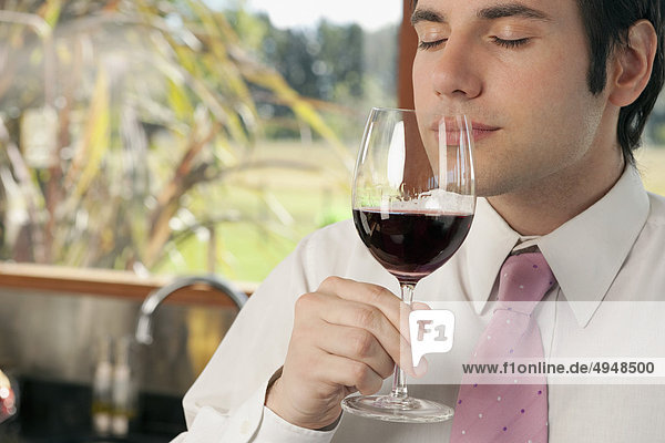 Kaufmann riechen Rotwein in der Küche