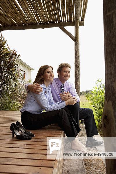 Business paar sitzen in einem park