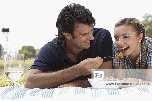 Mann eine Frau bei Picknick Fütterung