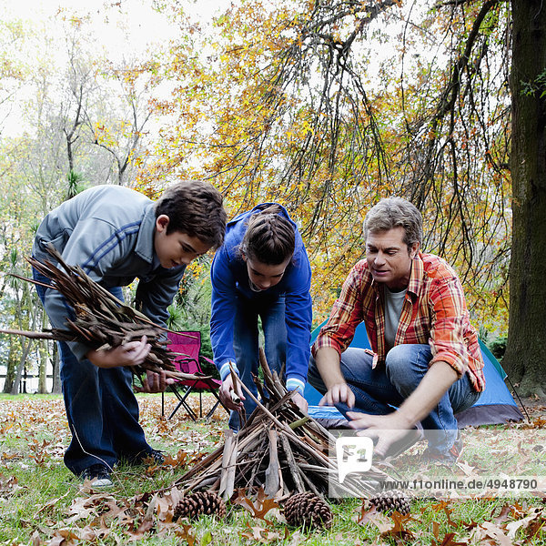 Feuerholz Mann Picknick sammeln