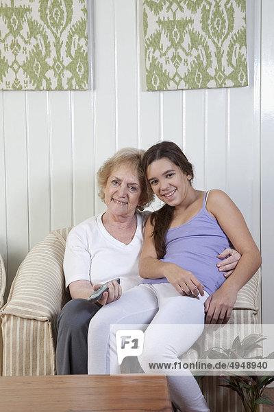Frau sehen Zimmer Enkeltochter Fernsehen Wohnzimmer