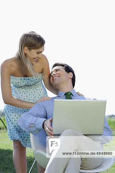 Benutze ein Laptop und eine Frau lächelnd mann