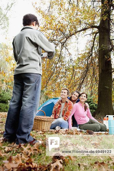Boy Aufnahme seiner Familie bei einem Picknick