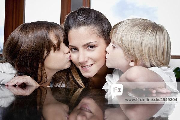 Nahaufnahme der Kinder küssen ihre Mutter
