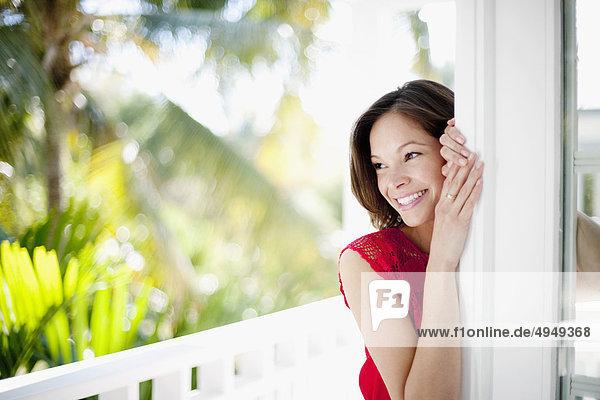 Nahaufnahme einer Frau lächelnd Nahaufnahme einer Frau lächelnd