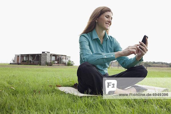 Frau von SMS-Nachrichten auf einem Mobiltelefon