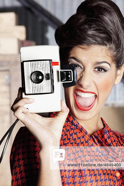 Frau Aufnahme eines Bildes mit einer Kamera und Geschrei mund