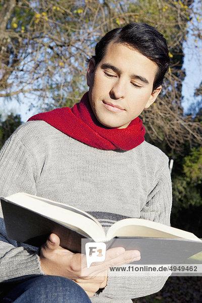 Mann Buch Taschenbuch vorlesen Mann,Buch,Taschenbuch,vorlesen