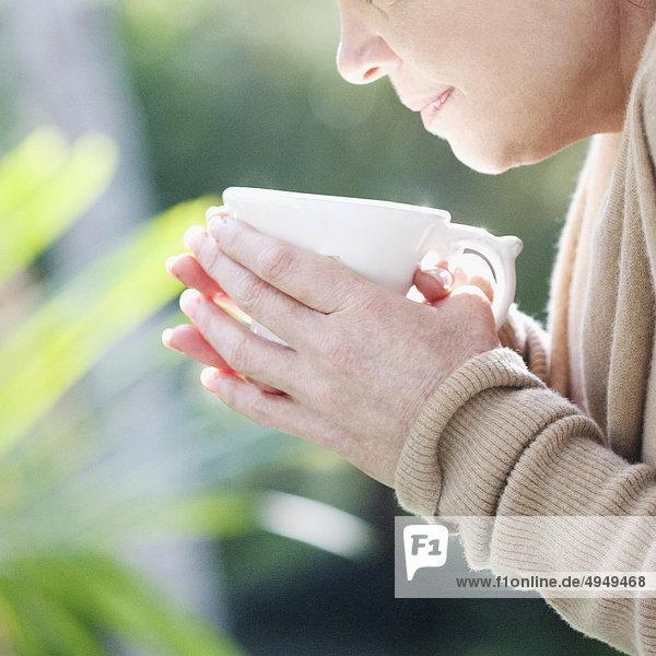 Nahaufnahme einer Frau Kaffee zu trinken Nahaufnahme einer Frau Kaffee zu trinken