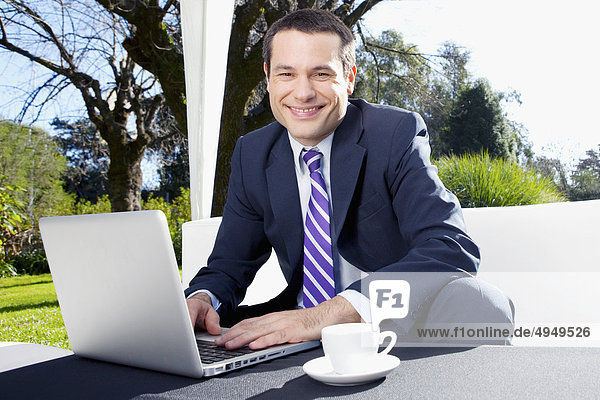 benutzen Notebook Geschäftsmann