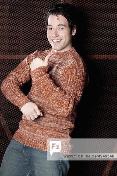Porträt eines Mannes tanzen und lächelnd