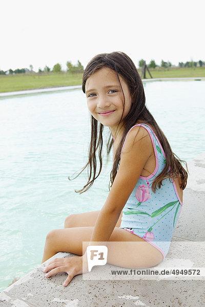 sitzend Portrait Beckenrand Mädchen