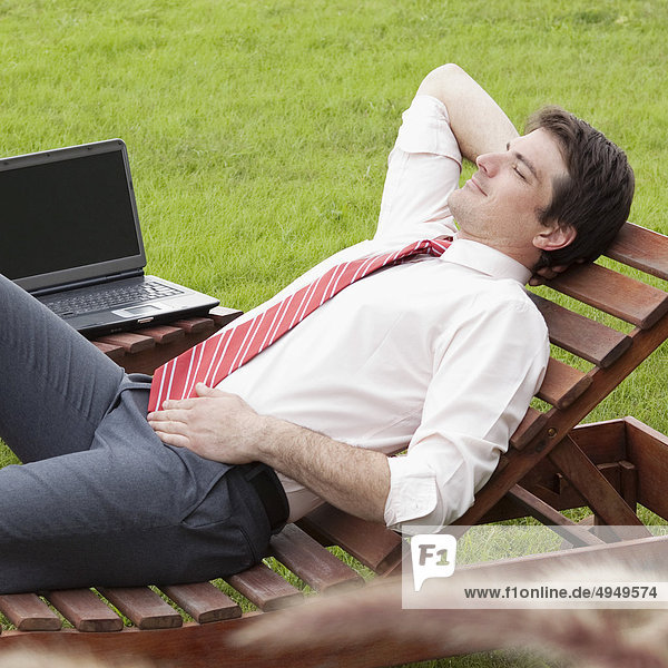 liegend liegen liegt liegendes liegender liegende daliegen Geschäftsmann Stuhl