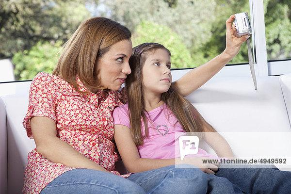 Frau Fotografie nehmen Tochter