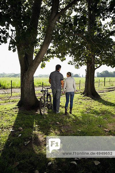 Paar zu Fuß in ein Feld