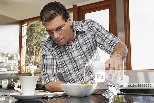 Getreide Mann eingießen einschenken Frühstück Milch