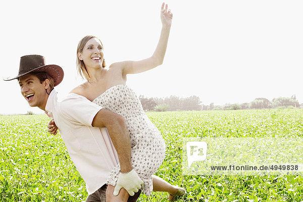Frau Reiten huckepack auf ein Mann Frau Reiten huckepack auf ein Mann