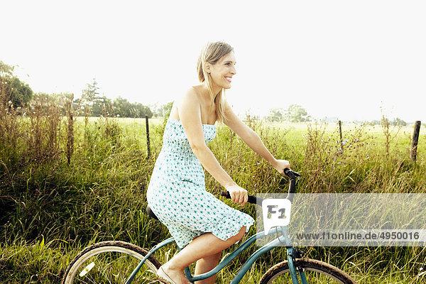Frau fahren Fahrrads