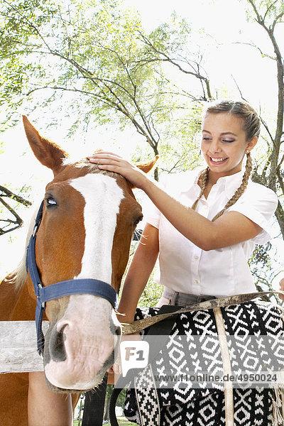 Frau mit einem Pferd auf einer ranch Frau mit einem Pferd auf einer ranch