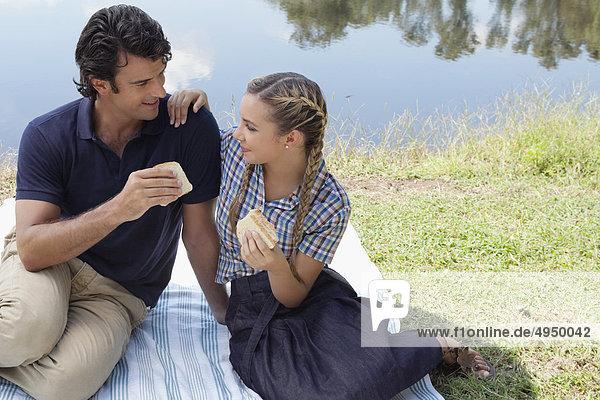 Paar eating Sandwich bei Picknick