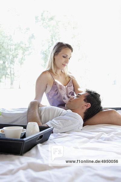 Mann liegt auf dem Schoß eine Frau