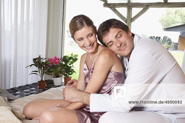 verliebtes Paar auf dem Bett