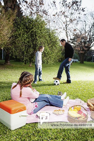 Familie genießen in einem park