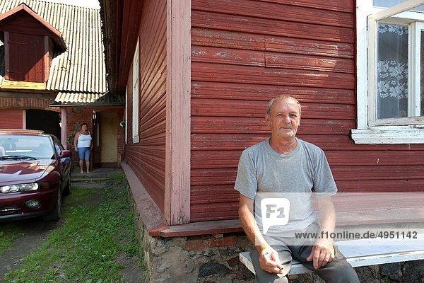 rauchen rauchend raucht qualm qualmend qualmt sitzend Mann Blockhaus alt Holzhaus