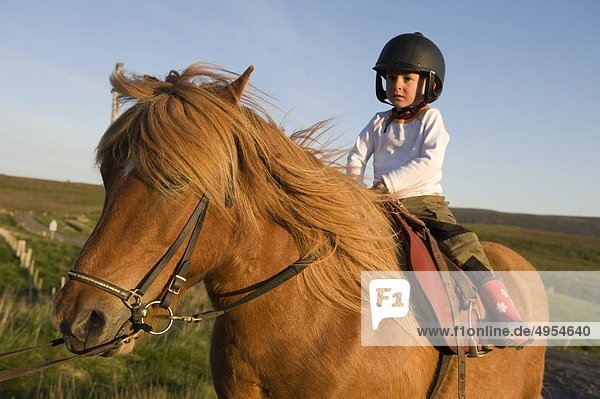Boy Helm tragen und Pferd Reiten