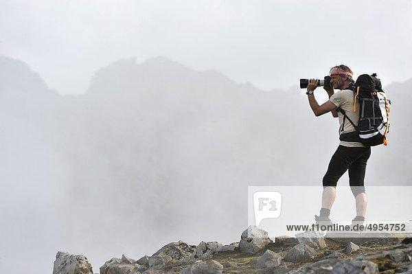 Mann Fotografieren natürliche Szenen von Berg