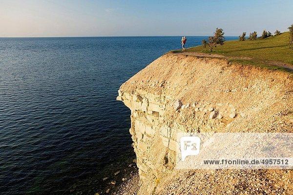 stehend  Frau  Steilküste  halten  Meer  Baby  Estland  steil