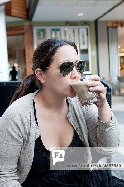 Außenaufnahme  Frau  Cafe  jung  trinken  Kaffee  freie Natur
